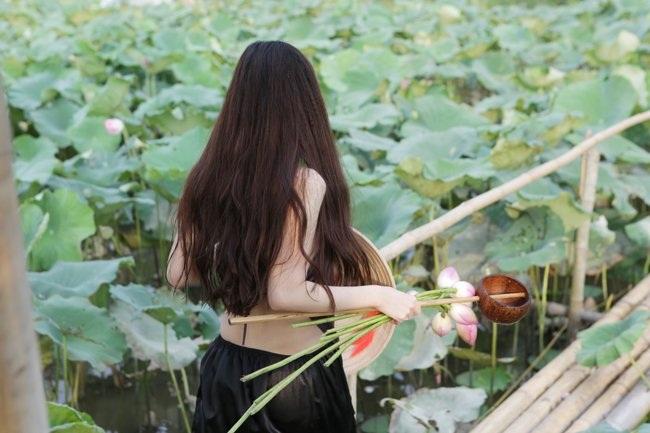 """Thiếu nữ Hà thành """"lăn lê bò toài"""" chụp ảnh cùng sen - 9"""