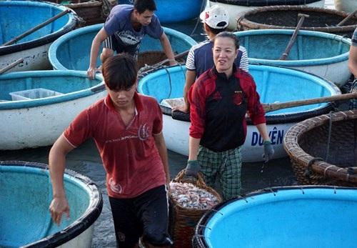 Tất tưởi giữa chợ cá tấp nập, nhưng chị vẫn nở nụ cười tươi khi nhận thấy có ống kính đang ngắm vào mình