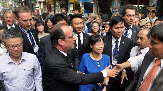 Trong lịch trình làm việc bận rộn tại Hà Nội, Tổng thống Hollande đã dành thời gian di dạo tại khu phố cổ của Hà Nội. Giáo sư Ngô Bảo Châu, một cựu du học sinh Việt Nam tại Pháp, cũng tham gia chuyến đi dạo cùng ông Hollande. (Ảnh: Reuters)