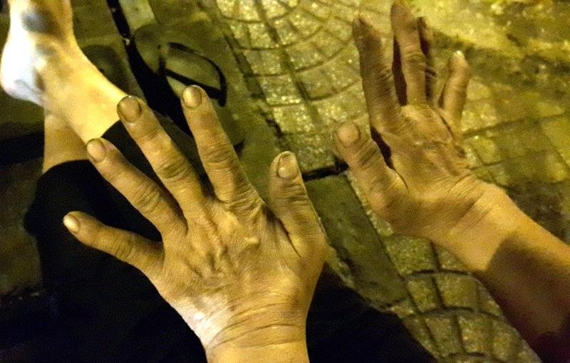 Hơn 30 năm làm nghề vá xe, bàn tay bà Gái đã chai sần, lấm lem dầu mỡ. Người đàn bà 60 tuổi tâm sự, chỉ khi nào không có sức đạp xe thì bà mới nghỉ nghề này