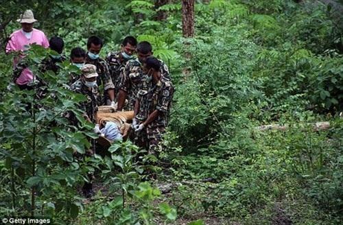 Các nhà sư lên tiếng chống đối lại việc giải cứu hổ nhưng cuối cùng cũng chấp thuận vì có lệnh từ tòa án