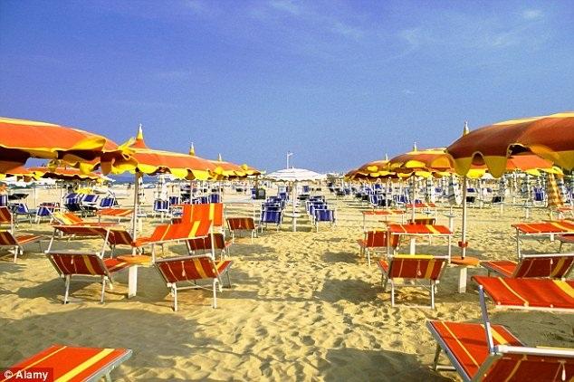 Du khách sử dụng vật dụng cá nhân để giữ chỗ trên bãi biển sẽ bị phạt ở Italia