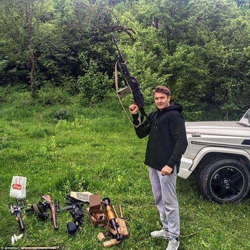 Bên cạnh việc khoe xe hơi và du thuyền đắt tiền, anh chàng này còn chơi trội bằng cách khoe kho vũ khí mà mình sở hữu.(ảnh: Twitter/Daily Mail).