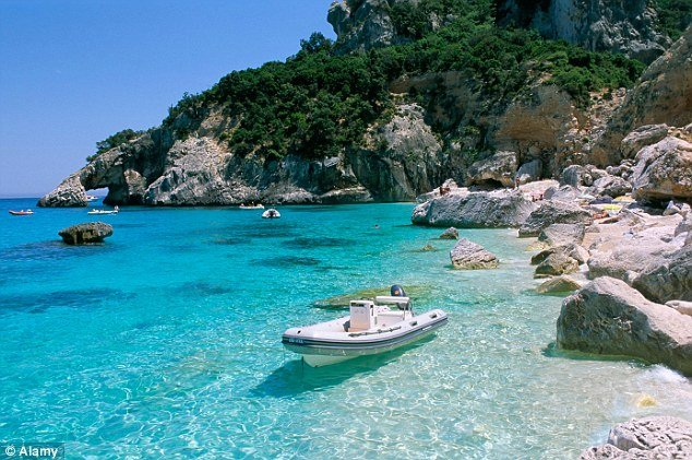 Việc thu giữ đồ đạc trên bãi biển cũng xảy ra ở Tortoreto và trên bãi biển Roseto Capo Spulico.