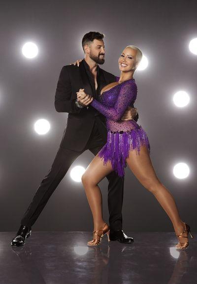 Người đẹp sẽ kết đôi cùng vũ công nổi tiếng Maksim Chmerkovskiy, người đã giành giải nhất cuộc thi Khiêu vũ với ngôi sao mùa thứ 18