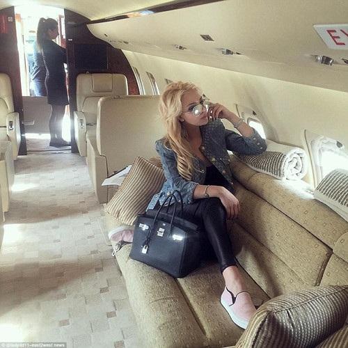 Một cô gái trẻ đang tận hưởng chuyến đi trên phi cơ sang trọng do gia đình sở hữu. (ảnh: Twitter/Daily Mail).