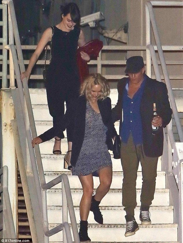 Hai bạn thân của Adele là Emma Stone và Jennifer Lawrence không thể vắng mặt trong buổi diễn này