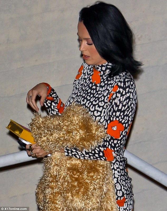 Katy Perry ăn vận kín đáo