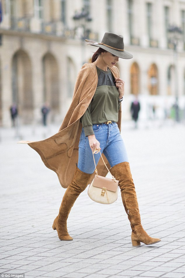 Alessandra Ambrosio nổi bật tại Pháp trong suốt tuần lễ thời trang Paris vừa diễn ra