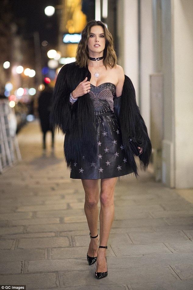 Alessandra Ambrosio gợi cảm tham dự một bữa tiệc trong khuôn khổ tuần lễ thời trang Paris