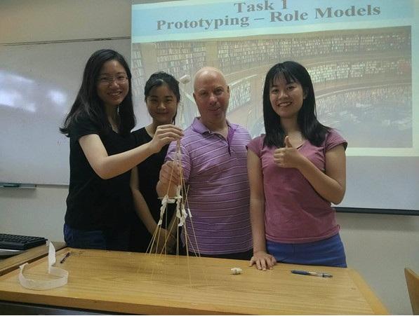 Hải Vân cùng Giáo sư Gila và các bạn sinh viên quốc tế