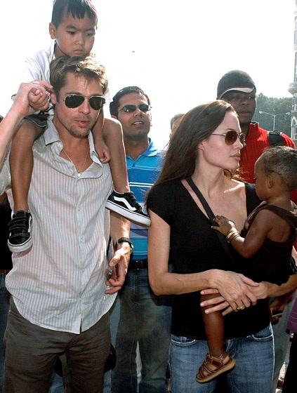 Angelina Jolie và Brad Pitt đã có những ngày tháng vô cùng tươi đẹp bên nhau. Pitt nhanh chóng chiếm được cảm tình của con nuôi của bạn gái. Ngay sau đó, cặp đôi này nhận nuôi bé gái Zahara Marley, người Ethiopia vào tháng 7/2005