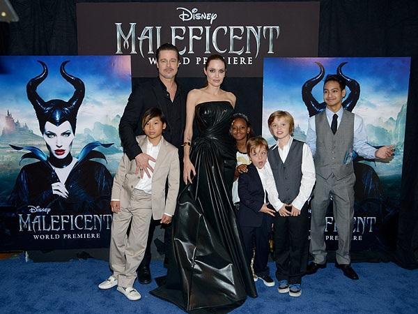 Khoảnh khắc rất đẹp của gia đình Jolie - Pitt tại buổi công chiếu bộ phim của cô - Maleficent tháng 5/2014. Trong suốt những năm gắn bó, gia đình nổi tiếng này đi khắp thế giới và luôn ở bên nhau