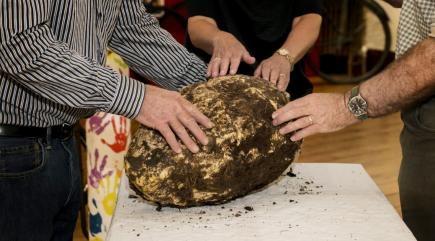 Một cục bơ nặng gần 10kg từ thời tiền sử.