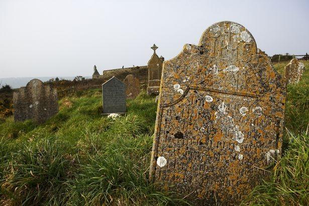 Tự đào mồ rồi chôn sống để chữa chứng sợ chết - 1