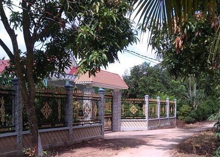 Người dân cho rằng ông Tình lãnh tiền hỗ trợ về không đủ xây hàng rào trước nhà.