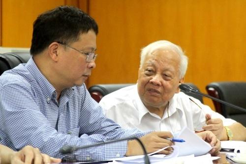 GS.VS Nguyễn Văn Hiệu (áo trắng) phát biểu tại phiên họp thứ nhất về Giải thưởng Trần Đại Nghĩa năm 2016