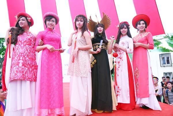 """Những """"cô gái"""" khoe sắc tại ngày hội Hành trình tự hào"""