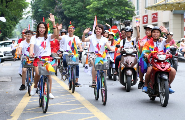 Trước khi sự kiện chính được diễn ra, các bạn trẻ tham gia ngày hội đã cùng nhau diễu hành qua các con phố Hà Nội