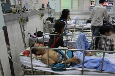 Các nạn nhân được đưa vào cấp cứu tại cơ sở y tế - Ảnh: Thu Hằng