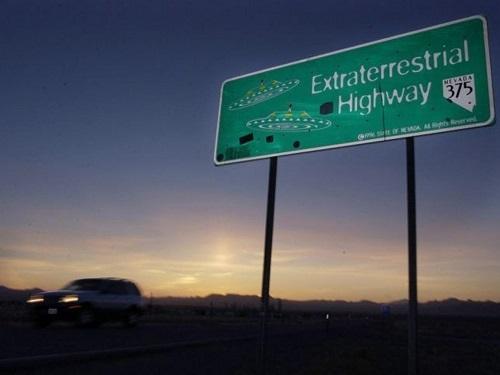 Một chiếc xe di chuyển dọc theo đường cao tốc Extraterrestria gần Rachel, Nevada, ở phía đông của Area 51 AP