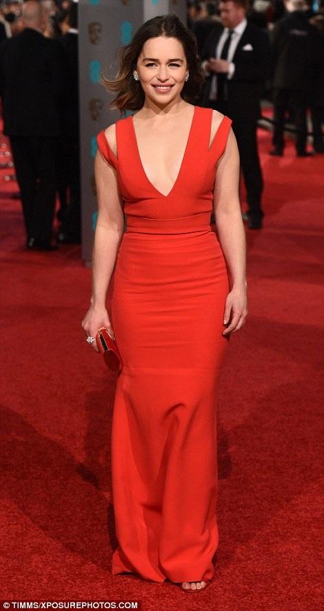Ngôi sao của bộ phim Game Of Thrones -Emilia Clarke dường như bị bóp nghẹt trong chiếc váy ôm sát với phần chân váy rất tù túng.