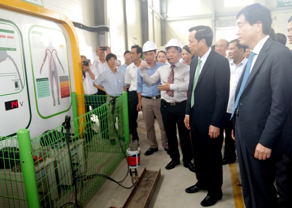 Bộ trưởng Đào Ngọc Dung, Đại sứ Hàn Quốc và khách mời tham quan khu vực thực hành của Trung tâm.