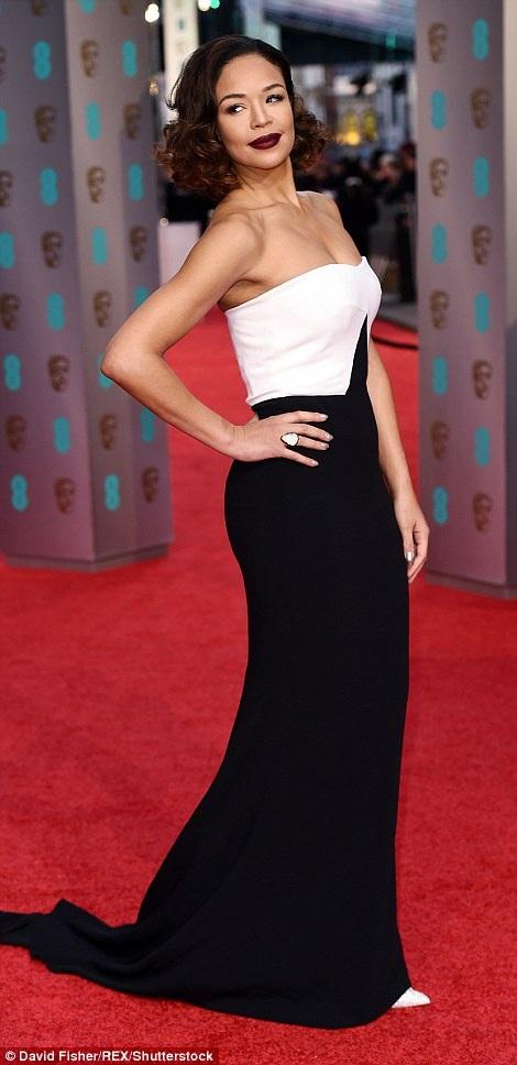 MC xinh đẹp - Sarah-Jane Crawford quyến rũ và duyên dáng hoàn hảo trên thảm đỏ với chiếc váy cổ điển hai màu đen trắng.