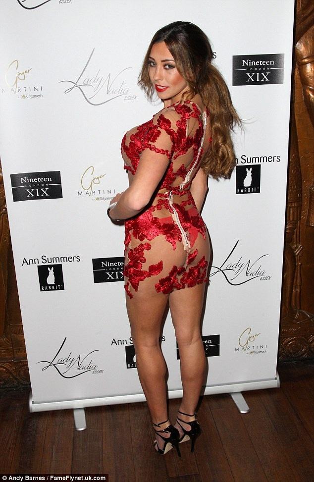 Chiếc váy gợi cảm của Pascal Crayme biến cô trở thành trung tâm của bữa tiệc.