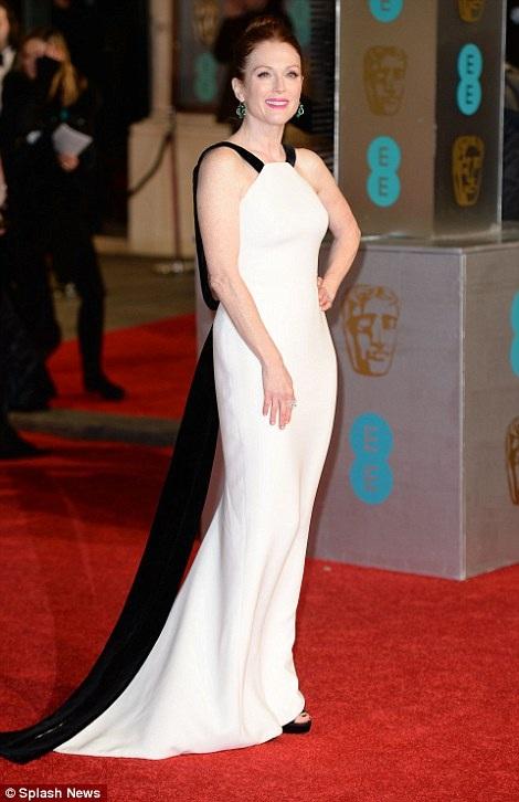 Nữ diễn viên 55 tuổi Julianne Moore dường như trẻ đẹp hơn với chiếc váy hai màu đen trắng. Julianne giành giải Nữ diễn viên xuất sắc nhất tại lễ trao giải BAFTAs năm ngoái.