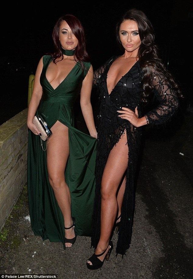 Charlotte cùng nữ đồng nghiệp - Jessica Haye chọn váy xẻ tà cao và khoảng ngực mênh mông trong bữa tiệc mang thông điệp tình yêu.
