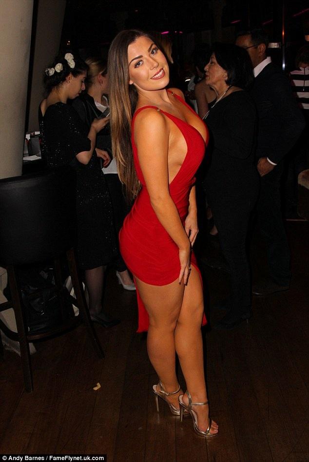 Gam màu đỏ của chiếc váy gợi cảm giúp Abi Clarke khoe đường cong khỏe khoắn và khiêu khích.