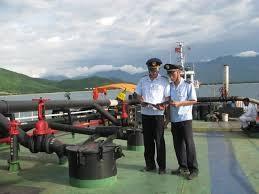 Hải quan kiểm tra một con tàu chở xăng dầu