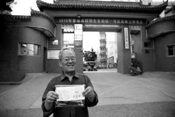 Cựu giáo viên 70 tuổi Li Anmin dự kỳ thi gaokao để hiểu hơn về tâm lý trẻ mới lớn. (Ảnh: Hua Shang Daily)