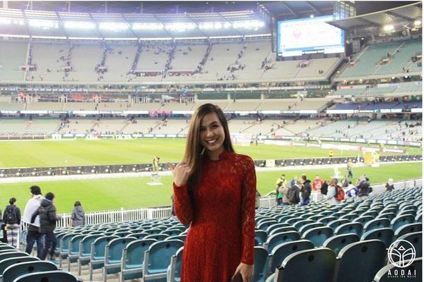 """Mặc áo dài đi xem đá bóng ở Melbourne. """"Bạn có bao giờ nghĩ sẽ mặc áo dài đến sân vận động để xem một trận túc cầu không! Quả nhiên khi đến sân vận động thì ngoài các ngôi sao trên sân cỏ thì tôi là tâm điểm thứ 2. Có những người đi ngang qua không hiểu tại sao lại nhiều người xin chụp hình chung với tôi đến thế và tôi còn nghe thoáng xung quanh có người nói rằng: Bạn gái của cầu thủ nào vậy!. Tôi ra về trong sự vui vẻ vì sự mến khách và sự hiếu kì về chiếc áo dài của những người bạn quốc tế"""" – với Thu Thủy """"Áo dài is so cool!"""""""