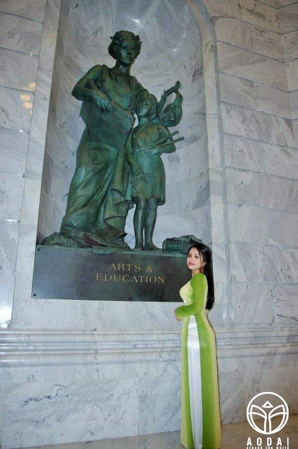 Áo dài cùng thiếu nữ Việt vào thăm Tòa nhà Quốc hội Hoa Kỳ.