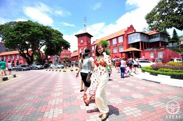 """Áo Dài trên phố cổ Malacca, Malaysia. Cô gái trong ảnh nói rằng: """"Đây là một trải nghiệm thú vị của mình khi mặc áo dài đi giữa phố cổ ở một đất nước xa lạ. Có những người ngoái nhìn theo và nói Việt Nam, Việt Nam..., có những người lại xin được chụp hình chung, và có những người mỉm cười thật tươi với mình dù không quen biết...""""."""