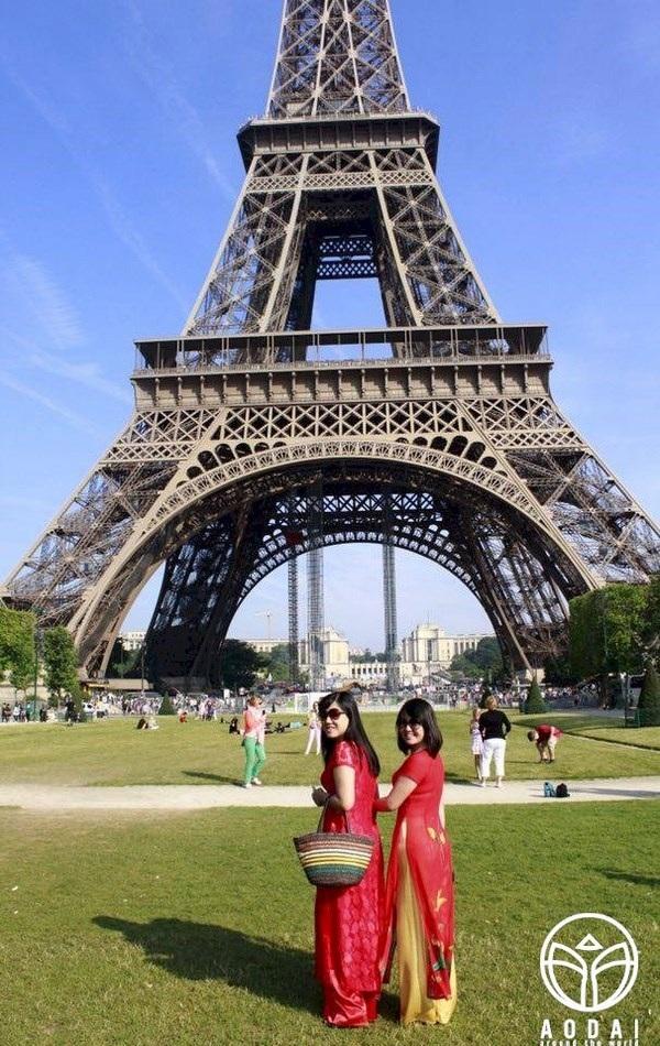 """Áo dài theo chân thiếu nữ khám phá """"kinh đô ánh sáng"""" Paris, Pháp."""