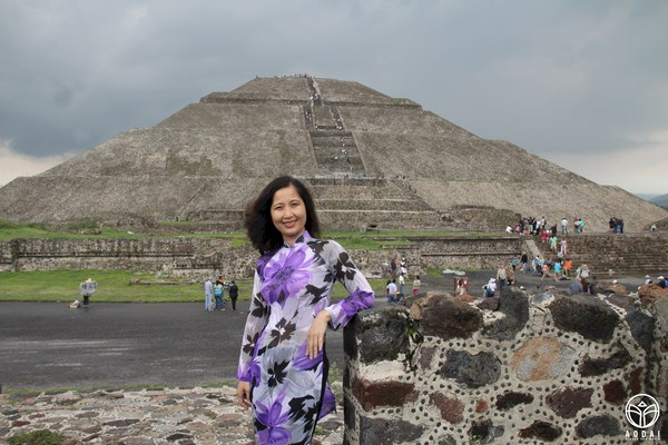 """Người phụ nữ Việt đặt chân tới Mexico tâm sự: """"Tự hào vì đã mang tà áo dài Việt Nam đến tận nơi đây! Chút mềm mại Á châu đã làm các bạn Mỹ La Tinh mỉm cười đầy ngưỡng mộ!""""."""