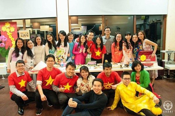 Du học sinh viên Việt Nam mặc áo dài trong đêm hội văn hóa Việt Nam 2015 ở Dublin, Ireland (Ái Nhĩ Lan).