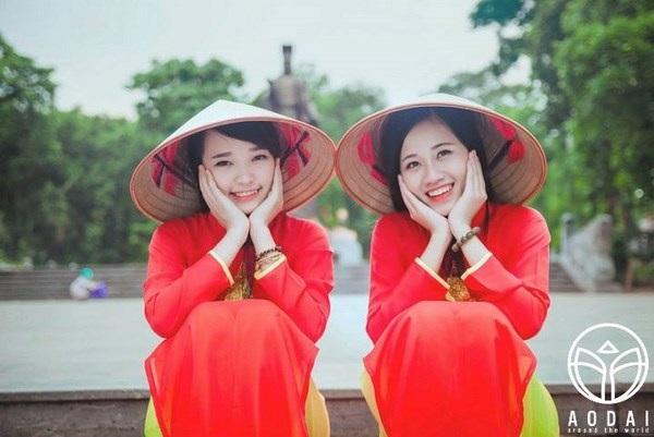 Thiếu nữ Hà thành mặc áo dài đỏ sao vàng trong những dịp trọng đại của dân tộc.