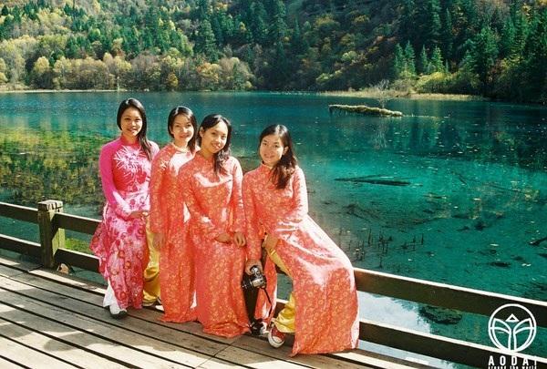 """Các cô gái Việt thực sự choáng ngợp với vẻ đẹp của Cửu Trại Câu – nơi được mệnh danh là """"thiên đường ở hạ giới"""" tại Trung Quốc, và họ chợt nghĩ """"cảnh ở đây thật đẹp để những tà áo nổi bật và tỏa sáng hơn""""."""