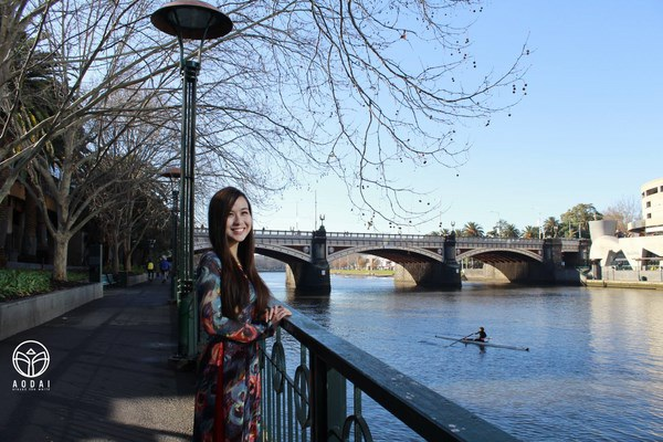 Cứ như vậy, quốc phục áo dài đã vươn tầm ra nước ngoài cùng vẻ đẹp của người phụ nữ Việt.