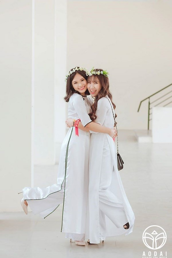 Các thiếu nữ rạng ngời trong áo dài trắng tinh khôi ghi lại khoảnh khắc đẹp nhất tuổi học trò.
