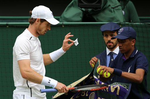 Andy Murray trong trận đấu ra quân ở Wimbledon