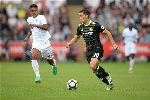 Hazard (phải) đi bóng trong trận đấu gặp Swansea