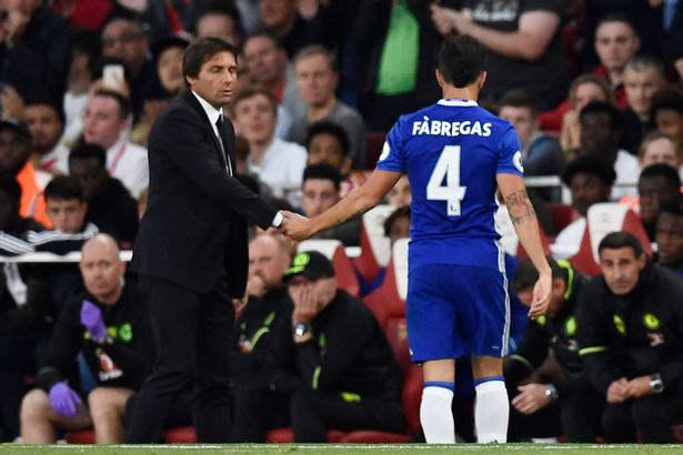 Cái bắt tay gượng gạo của Conte với Fabregas sau khi cho tiền vệ người Tây Ban Nha ra nghỉ (Fabregas chủ động bắt tay HLV)