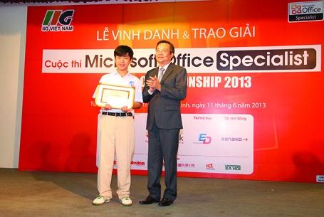 Lê Anh - khi học lớp 8 Trường Quốc tế Á Châu là thí sinh nhỏ tuổi nhất lọt vào Vòng Chung kết quốc gia Cuộc thi Microsoft Office Specialist World Championship 2013 do Certiport, Hoa Kỳ tổ chức - đạt giải ba với số điểm 1.000/1.000, chỉ chênh lệch so với thí sinh đạt giải nhất cuộc thi (là sinh viên năm cuối của một trường ĐH ở TPHCM) là 137.