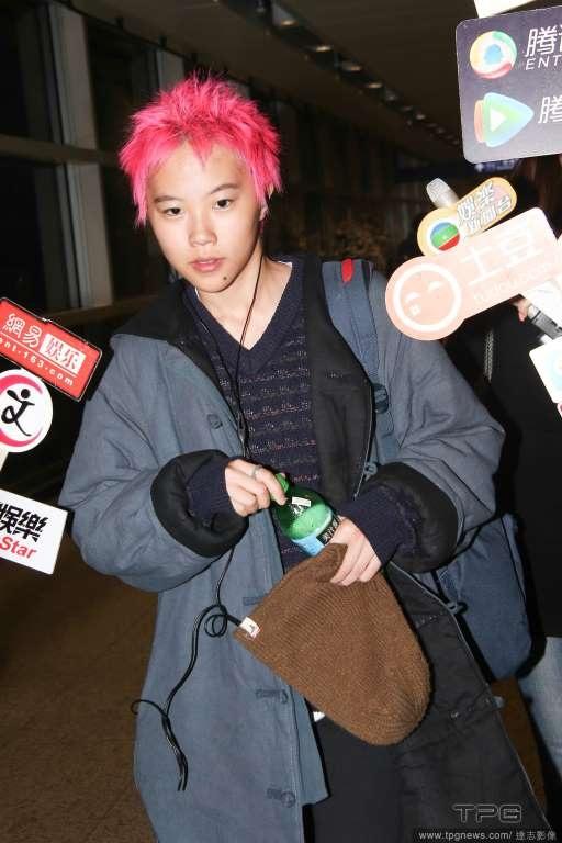 Con gái Vương Phi gây sốc với vẻ nam tính, tóc hồng rực - 4