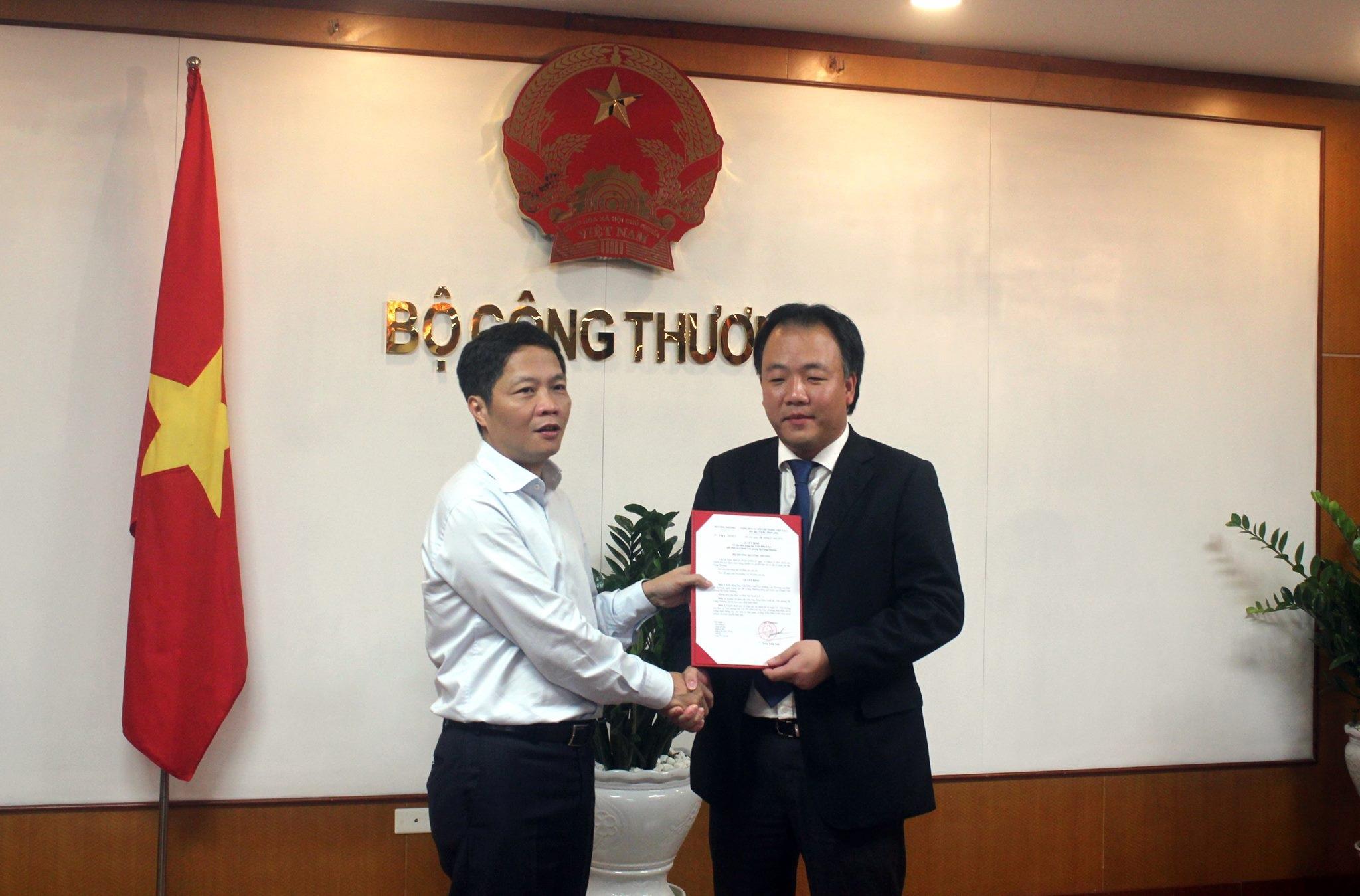 Bộ trưởng Công Thương Trần Tuấn Anh trao quyết định cho ông Trần Hữu Linh